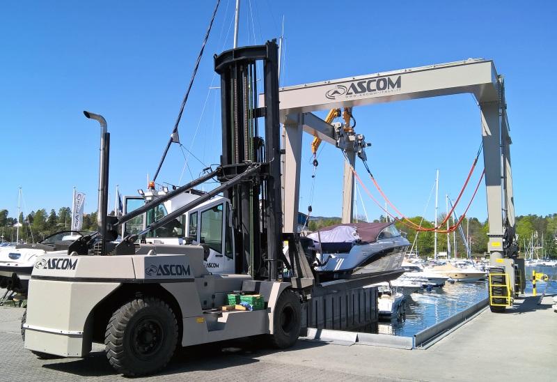Ascom Forklift beim Zuwasserlassen