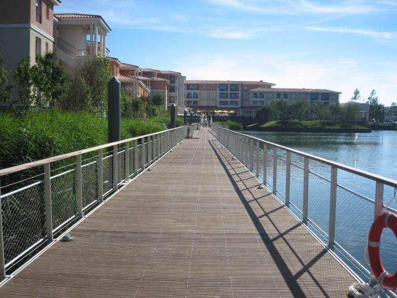 Schwimmender Fußgängerweg mit beidseitigem Geländer und LED - Beleuchtung
